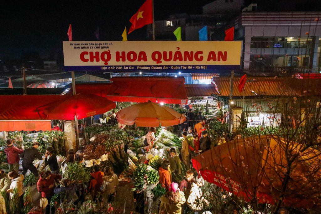 Tấp nập chợ hoa Quảng An