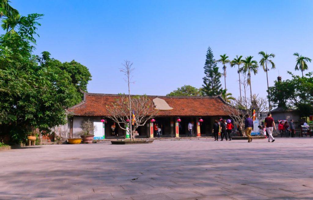 Bên trong chùa Chuông