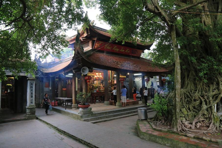 Bên trong đền mẫu tại Hưng Yên