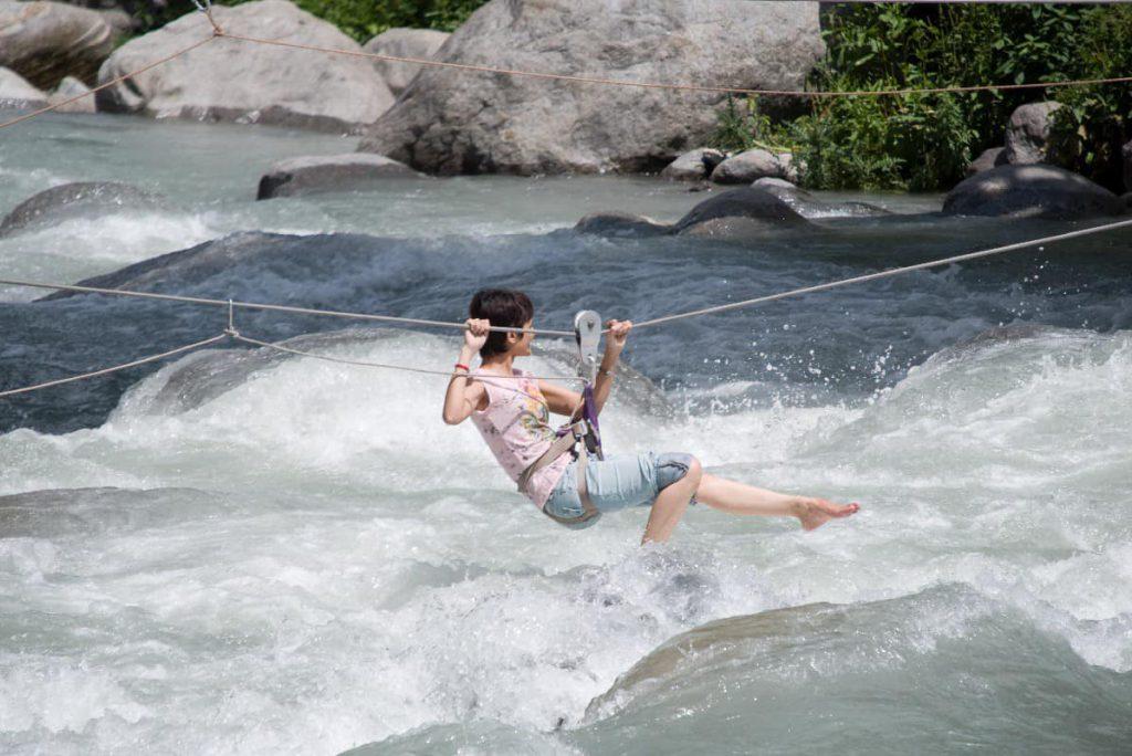 Zipline vượt suối