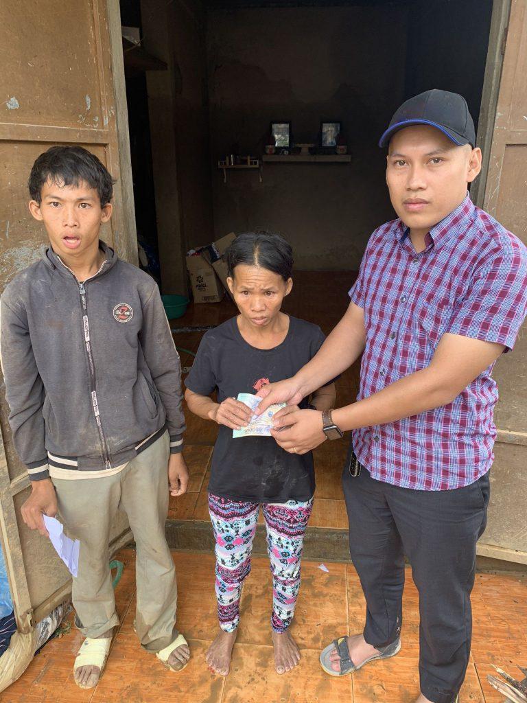 Nguyễn Văn Chiến trao quà cho bà con khó khăn