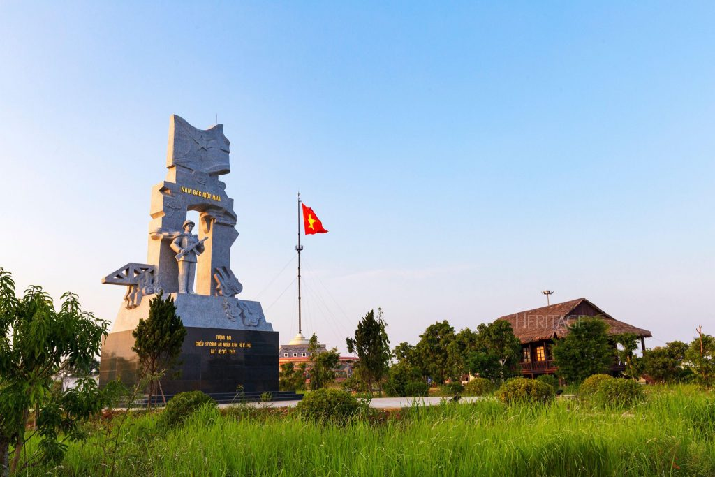 Phía sau cột cờ giới tuyến - Ảnh Nguyễn Hải