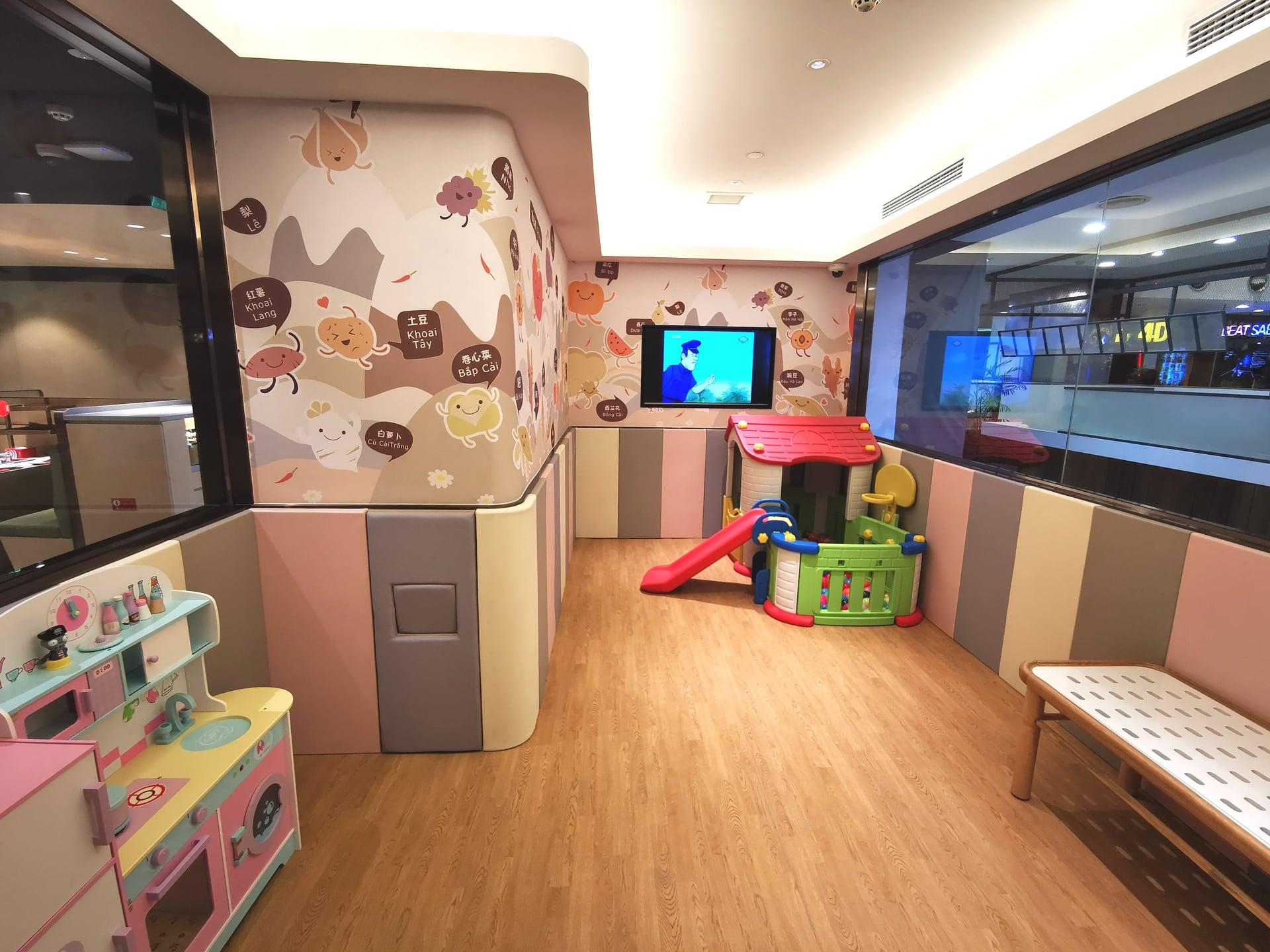 Khu vui chơi cho trẻ em miễn phí để bố mẹ yên tâm ăn uống