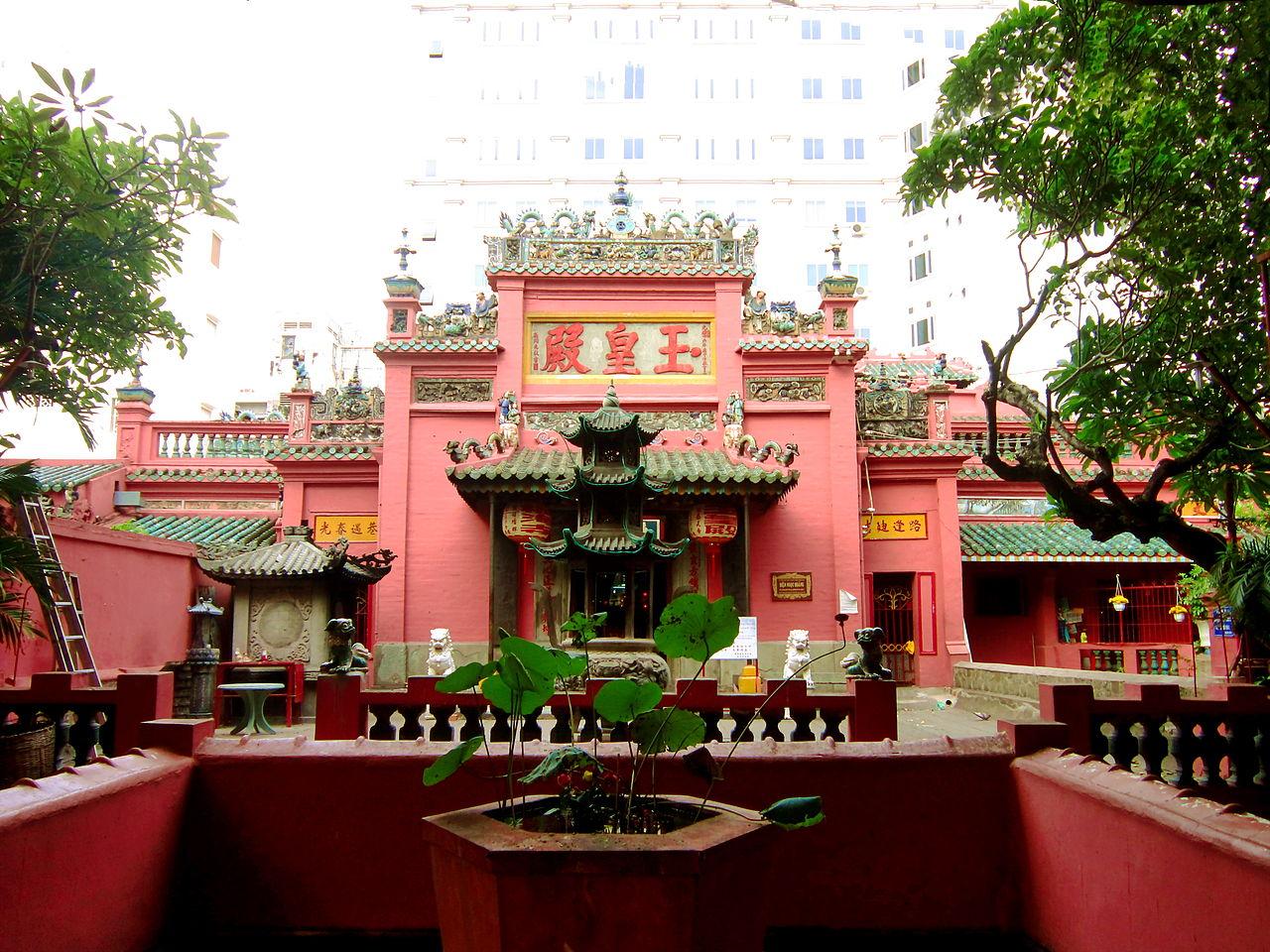 Bên trong chùa Ngọc Hoàng